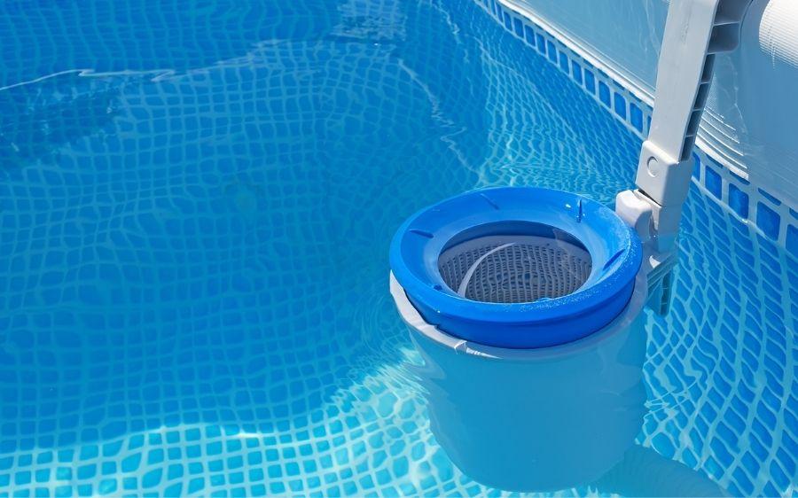 filtre d'une piscine en polyester