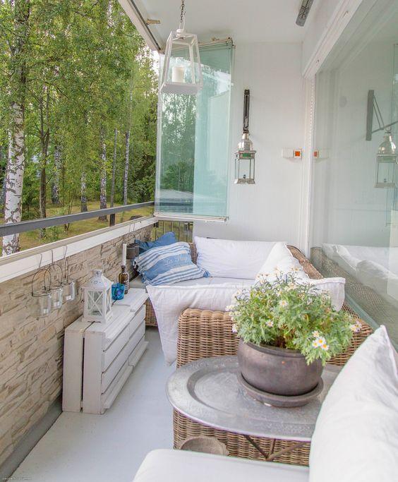 Reformez votre terrasse.  Terrasse avec rideau de verre et revêtement en pierre