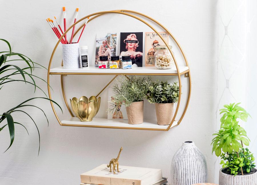 Les étagères sont idéales pour les petits ornements ou les plantes.